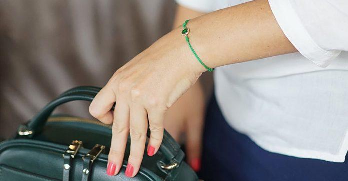 Зелёная нить на руке