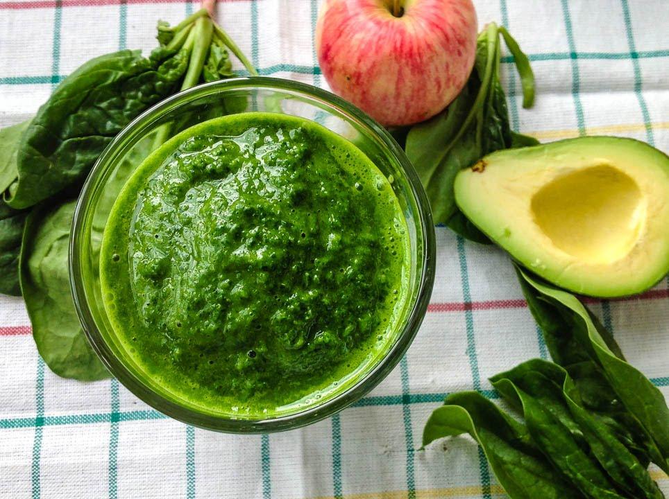 Зелёный смузи из яблока, авокадо и шпината