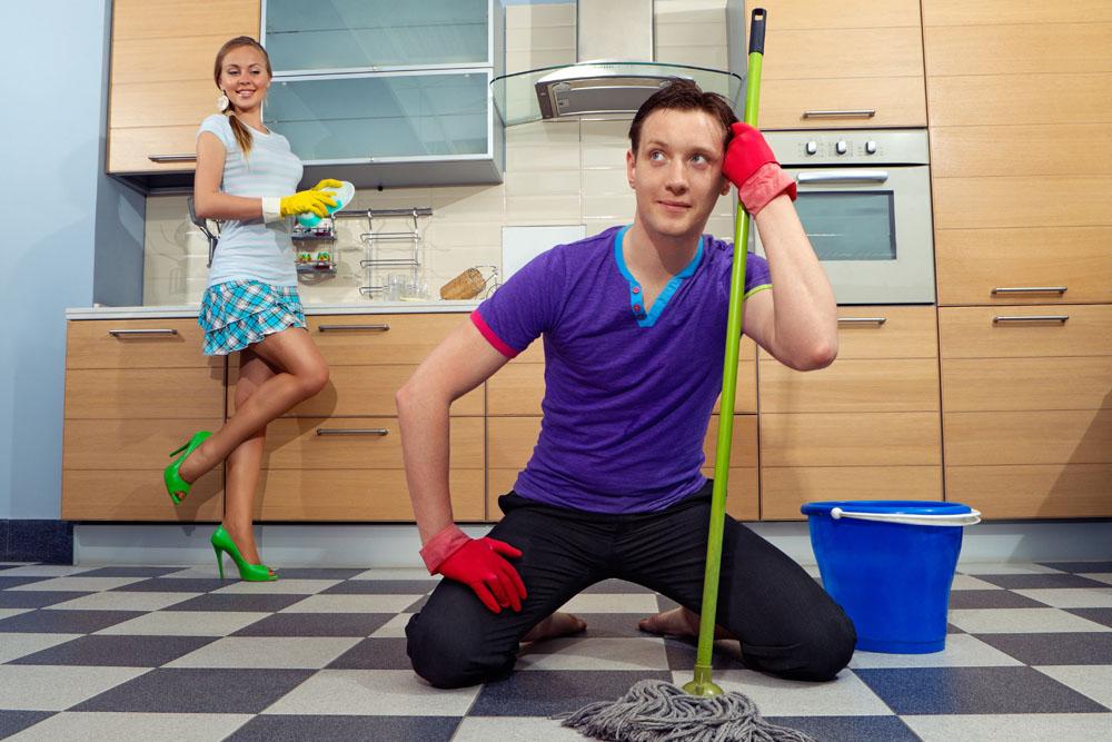 Женщина смотрит на моющего пол мужчину