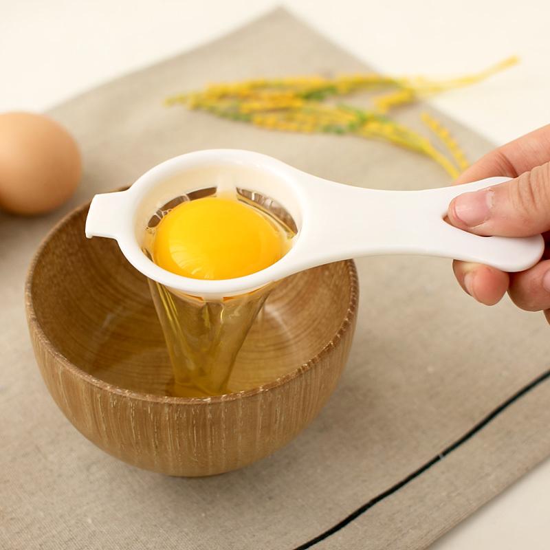 Сырой желток яйца в специальном приспособлении