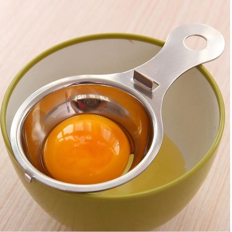 Желток яйца в специальном приспособлении