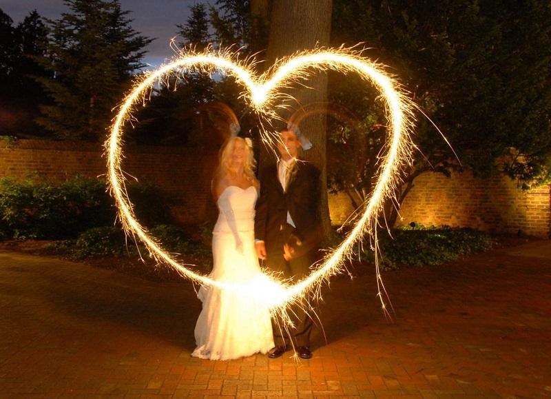 Жених с невестой запускают фейерверк