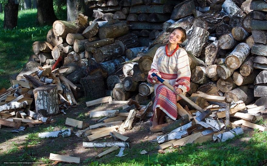 Женина с топором сидит среди наколотых дров