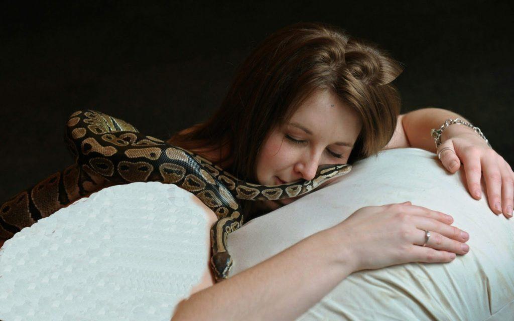 Женщина в постели со змеёй