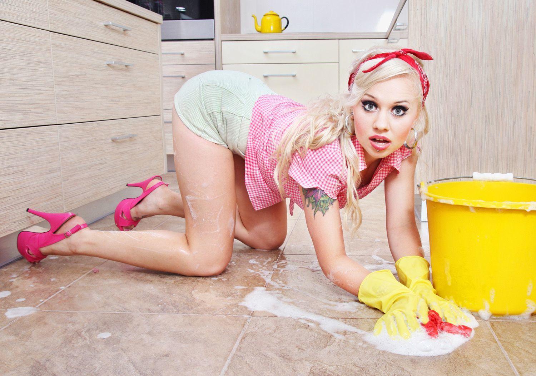 Женщина моет полы
