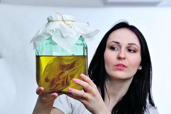 Женщина с настоем чайного гриба