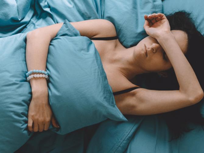 Женщина с подушкой на животе