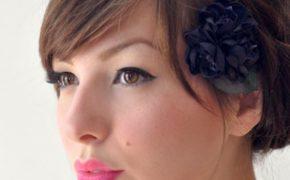 Женщина с высокой прической и цветком в волосах
