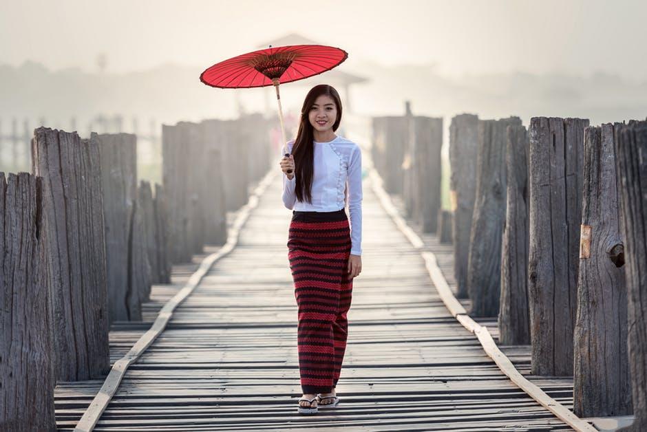 Женщина с зонтом