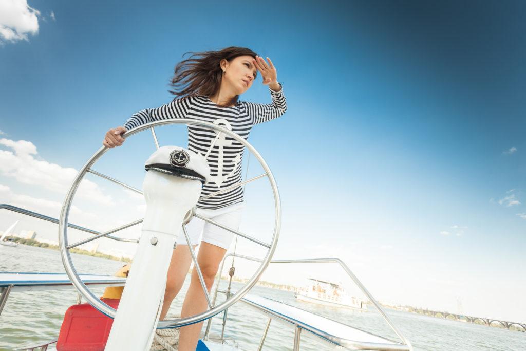 Женщина управляет судном
