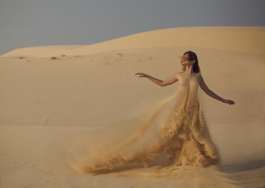Женщина в платье из песка