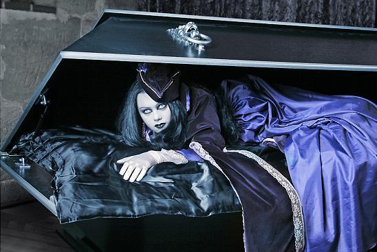 Женщина выглядывает из гроба